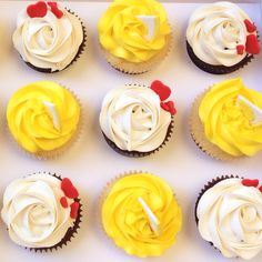 #yummycupcakes #lemoncupcakes #whitechocolatefrosting #cupcaketoppers #Wiltontip2D #wiltontip1M #sweetmadnesscakedesigns
