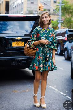 A glance around any given day at New York Fashion Week supplies enough outfit inspiration to last for seasons. The street style stars are out in full force, Street Look, Street Chic, Street Style Looks, Chic Outfits, Fashion Outfits, Style Fashion, Woman Outfits, Khadra, Simple Summer Outfits