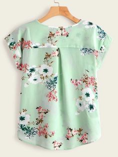 Camisa irregular con estampado floral | SHEIN USA Chudidhar Neck Designs, Dress Neck Designs, Summer Shirts, Floral Blouse, Types Of Shirts, Sleeve Styles, Cap Sleeves, Fashion News, Modeling