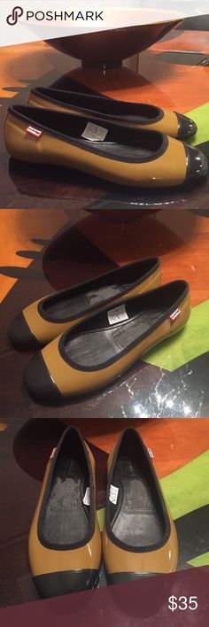HUNTER BOOTS Jelly Sandals Size 7 HUNTER BOOTS Jelly Sandals Size 7. Color is like a dark mustard yellow with black tips. Don't know exact color name. Great condition. Some of the material came off when removing the stickers, but that is inside of the shoe. Hunter Shoes Flats & Loafers