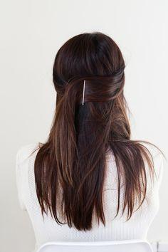 Half up bobby pin // hair tutorial her hair, bobby pin hairstyles, messy ha Bobby Pin Hairstyles, Down Hairstyles, Straight Hairstyles, Braided Hairstyles, Holiday Hairstyles, Simple Hairstyles, School Hairstyles, Wedding Hairstyles, Formal Hairstyles