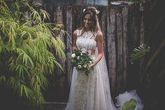 Vestido de noiva cropped com renda - casamento na praia ( Foto: Rafael Fontana Photography | Vestido: Yolan Cris para Casamarela Noivas )
