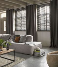 Venetian blinds and linen curtains Home Living Room, Living Room Decor, Living Spaces, Interior Styling, Interior Design, Curtains With Blinds, Linen Curtains, Home Fashion, Room Interior