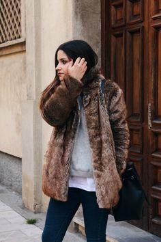 Blog de Moda   LITTLE BLACK COCONUT   Bloguera de moda en León: fur coat, jeans & sneakers