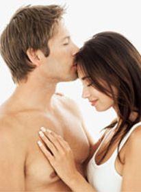 Erotisk kyss. En mann kysser ei kvinne på hennes panne.