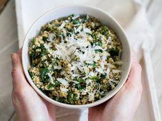 Schnelle Quionoa-Spinat-Bowl mit Pesto und Parmesan