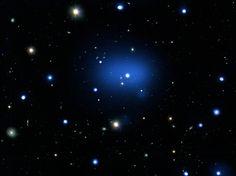 Gut 10 Milliarden Jahre braucht das Licht der Sternsysteme im Galaxienhaufen JKCS041, um zur Erde zu gelangen. Die Astronomen sehen den Cluster so,wie sie vor 10,2 Milliarden Jahren ausgesehen hat. Optische, Infrarot- und Röntgen-Beobachtungen halfen einem internationalen Forscherteam dabei,den Galaxienhaufen aufzuspüren.