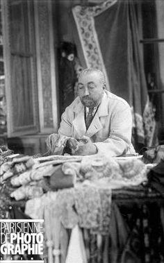 Paul Poiret in Paris, 1926 ~ Photo by Boris Lipnitzki Paul Poiret, Vintage Fashion Photography, French Fashion Designers, Moda Fashion, Fashion History, Paris, Vintage Men, Vintage Outfits, 1920s Flapper