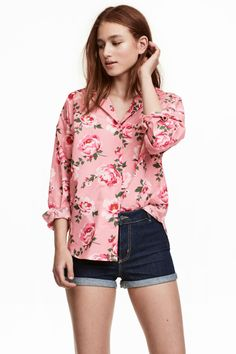 Pink/floral. Loose-fit blouse in woven cotton fabric with a collar, buttons at front, and chest pocket. Dropped shoulders, wide sleeves, and narrow cuffs