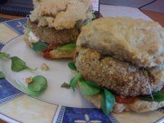 """Veganes Fastfood ist sooo viel besser als """"normales"""": hier seht ihr Petras Bohnenburger mit selbstgemachten Burgerbrötchen. http://petzig.blogspot.co.at/2013/03/vegan-wednesday-31-und-mittwochsbox-8.html"""