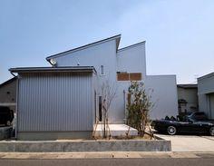 スタイリッシュでリーズナブル!ガルバリウムを外壁に使うメリットとデメリット Facade, Garage Doors, Architecture, Interior, Outdoor Decor, House, Home Decor, Google, Arquitetura