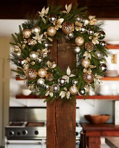 Adorable Gold Christmas Decoration Ideas - The Colors of Christmas The rich and festive hues of traditional Christmas decorations--the reds, greens, golds and silvers--run deep in our culture. Artificial Christmas Wreaths, Metal Christmas Tree, Christmas Door Wreaths, Colorful Christmas Tree, White Christmas, Christmas Tree Colour Scheme, Silver Christmas Decorations, Christmas Interiors, Diy Weihnachten