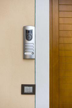 Vimar residenza privata a Pistoia. Entrata interna, videocitofono serie 1200 Elvox, la serie civile Eikon con la chiave a transponder. Scopri http://www.vimar.com/it/it/residenza-privata-pistoia-12644172.html