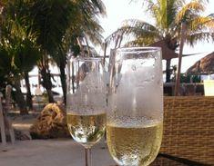 10 favoriete restaurants op Curaçao Great Vacations, Breeze, Alcoholic Drinks, Restaurants, Villa, Wine, Mugs, Glass, Drinkware