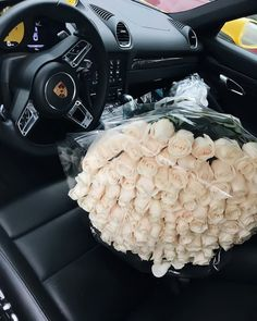 Are you single or in a relationship? What is your ideal flower bouquet? Mine would be white roses 💕💕💕 Luxury Flowers, My Flower, Beautiful Flowers, Beautiful Life, Rosen Box, Mode Poster, Luxury Lifestyle Fashion, Flower Aesthetic, White Roses