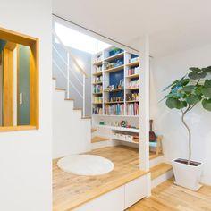 カラーがあるお家 シンプルの中にさりげなく カラーを入れる やりすぎない Staircase, Loft Bed, Decor, House, Stairs, Home, Wooden Flooring, Home Decor, Room