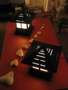 Carton Noir -INSTALLATIONS - Cécile Chappuis : pièces uniques en carton. Miroirs, encadrements, luminaires, objets