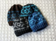 FREE Silisium.org knitting pattern: Marius-inspired scull hats. Also available with smileys and hearts instead of sculls.