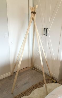 Step by step tutorial on how to make a simple, no sew dropcloth teepee for aroun… Diy Tipi, Diy Teepee Tent, Teepee Party, Diy Lace Teepee, No Sew Teepee, Boys Teepee, Diy Kids Teepee, Teepees, Play Teepee