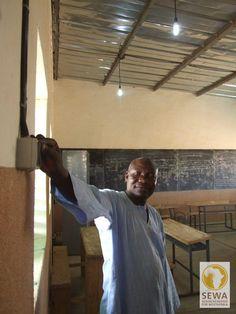 Lichtschalter - Der Rektor der Schule in Loura schaltet zum ersten mal das Licht an | solar-afrika.de