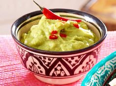 Guacamole not only tastes great, it is also healthy! How do you simply imitate the avocado dip at home? We have the recipe for it! Whole 30 Crockpot Recipes, Whole30 Recipes Lunch, Easy Whole 30 Recipes, Avocado Dessert, Chicken Parmesan Recipes, Chicken Soup Recipes, Avocado Toast, Avocado Dip, Vegan Avocado Recipes