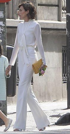 Nieves eligió, para la Primera Comunión de su hijo Adriano, un conjunto muy elegante de camisa con lazada y pantalón blanco de talle alto. White Outfits, Cool Outfits, Fashion Outfits, Grad Dresses, Short Dresses, Capsule Wardrobe, Outfit Elegantes, Work Chic, Elegant Outfit
