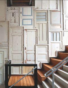decoracao de parede de escada com portadas antigas