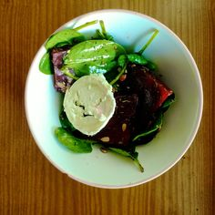Greeneiro: Spinach with roasted beetroot and goat cheese / Sz...