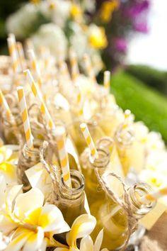 Bouteille soda jaune et pailles pour un mariage aux couleurs du soleil