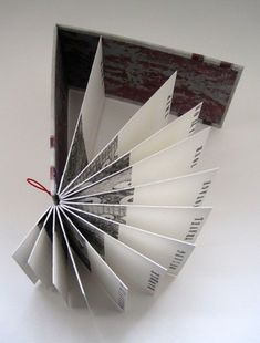 Mise en page originale! (Annwyn Dean): Format for No man is an island. Concertina Book, Accordion Book, Origami, Buch Design, Book Sculpture, Paper Book, Book Journal, Journals, Handmade Books