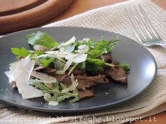 La cucina delle streghe: Straccetti con aceto balsamico di Modena, rucola, scaglie di parmigiano e mandorle