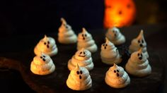 Receita com instruções em vídeo: Suspiros fantasma, um doce divertido e fácil de fazer para as crianças durante o Halloween! Ingredientes: 4 claras, 180g de açúcar cristal, ½ colher de chá de cremor de tártaro, 1 colher de sopa de calda de chocolate.