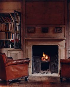 Leather, fireplace, living room, bookshelf #salvolove #discoverantiques