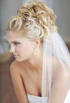 Great bridal hairstyle idea!