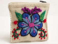 bordados de ayacucho peru - Buscar con Google Hand Embroidery Flowers, Wool Embroidery, Machine Embroidery Applique, Embroidered Flowers, Embroidery Stitches, Embroidery Patterns, Baby Moccasin Pattern, Peruvian Textiles, Mexican Embroidery