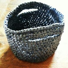 Plarn basket Recycled Plastic Bags, Plastic Grocery Bags, Recycled Crafts, Crochet Projects, Sewing Projects, Plastic Bag Crochet, Ways To Recycle, Decorative Bowls, Knit Crochet