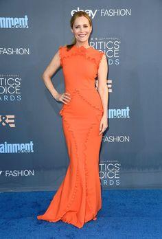 Leslie Mann wore a orange Greta Constantine ruffled gown.