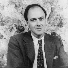 Roald Dahl. A Roald Dahl siempre le encantó el chocolate, sobre todo cuando era un niño solitario que vivía en un internado inglés cerca de una fábrica de golosinas. Fue así como surgió la idea que un día le inspiraría Charlie y la fábrica de chocolate, su libro más gamberro y genial, que le granjeó, y aún lo hace, miles y miles de fans.