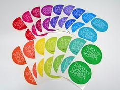 Die bunte Aufkleberwelt! Um den Farbwünschen zu entsprechen, wurden die Aufkleber im 4C Digitaldruck realisiert und im Anschluss exakt auf Kontur geschnitten.