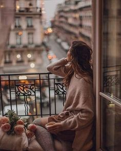 A Parisian dream. Balcony in Paris is a source of romantic evenings. Every time you you want to drink a cup of tea in Paris - you just go to a window, have a look on the gorgeous view of Hausmann Buildings and enjoy. Lumiere Photo, Best Whatsapp Dp, Foto Top, Shotting Photo, Applis Photo, Romantic Evening, Girl Photography Poses, Girls Image, Stylish Girl