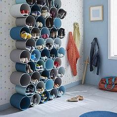 DIY Home Decor 240238961357194608 - rangement-pour-chaussures-a-fabriquer-avec-tubes-pvc-peints.jpg 378 × 448 pixels Source by delanoueisabell Diy Shoe Rack, Shoe Storage Pvc Pipe, Diy Shoe Organizer, Garage Shoe Storage, Shoe Storage Hacks, Kids Shoe Storage, Shoe Storage Solutions, Shoe Racks, Diy Casa