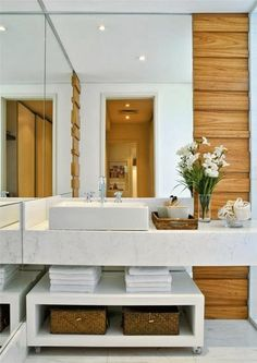 Amei o lavabo branco com detalhes em madeira para a parte de fora da casa