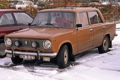 """Der VAZ 2101, in Westdeutschland seit den 70er-Jahren als Lada 1200 angeboten, basierte unverkennbar auf dem Fiat 124. Der Fiat war """"Auto des Jahres 1967"""" und beeindruckte vor allem mit üppigen Platzverhältnissen und robuster Technik. In Russland lief er als VAZ 21074 noch bis 2012 vom Band. In Deutschland war er als Lada Nova bis 1996 neu zu haben."""