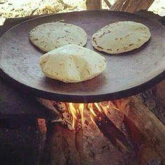 Tortillas hechas a mano en un comal.