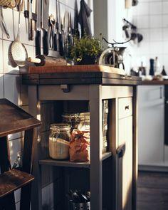 Uma forma de dar à sua cozinha um estilo tradicional é usando frascos de vidro para expor ingredientes, como farinha e pickles, bem como garrafas transparentes para óleos e vinagres aromáticos.