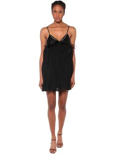 V neckline. Fixed spaghetti straps. Embellished with crystals and feathers. Lined top panel. Perrie Edwards Style, Cold Shoulder Dress, Tulle, Neckline, Feathers, Dress Black, Spaghetti Straps, Mini, Tops