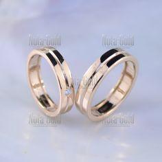 f592807f5c35 Классические гладкие обручальные кольца из золота с бриллиантом и  гравировкой (Вес пары  9 гр