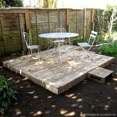 Faire une terrasse en palettes - http://spicerabbits.blogspot.fr/