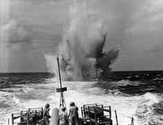 Navio de guerra brasileiro atacando submarino alemão em 1944.