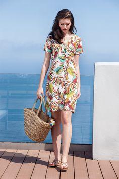 a1b4b106e Vestido ligero abierto confeccionado en tejido fino de fácil secado. Ideal  para llevarlo en tu maleta estas vacaciones de verano.